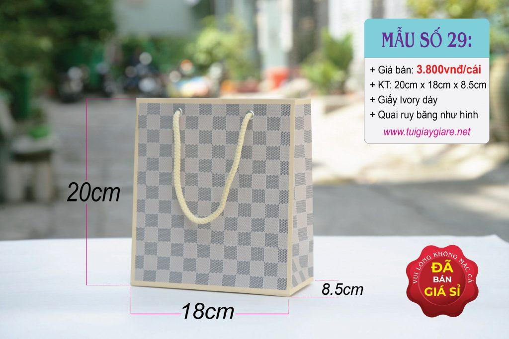 Túi giấy đựng mỹ phẩm với họa tiết caro